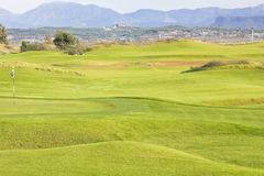 Terrain de golf dans Belek Herbe verte sur un champ Ciel bleu, DA ensoleillé Images libres de droits
