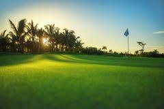 Terrain de golf dans la station de vacances tropicale Photographie stock
