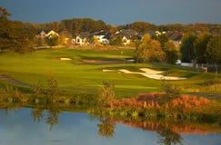 Terrain de golf dans le coucher du soleil. photos libres de droits
