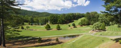 Terrain de golf dans le pano de terrain de montagne Image stock