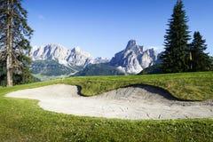 Terrain de golf dans les dolomites italiennes Photographie stock libre de droits