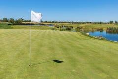 Terrain de golf Drapeau du trou dans le premier plan Images stock