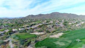 Terrain de golf du nord aérien Pan Left de l'Arizona clips vidéos