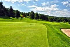 Terrain de golf en jour d'été ensoleillé avec le ciel clair Images stock