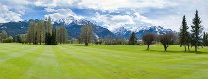 Terrain de golf en montagnes photos libres de droits