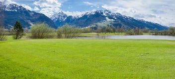 Terrain de golf en montagnes image stock