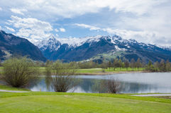 Terrain de golf en montagnes photo stock