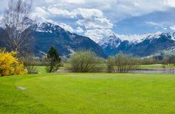 Terrain de golf en montagnes Photographie stock