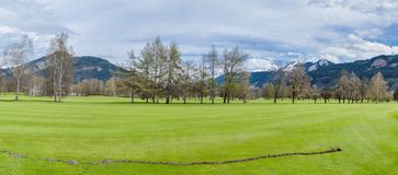 Terrain de golf en montagnes Image libre de droits