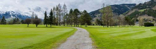 Terrain de golf en montagnes Images libres de droits