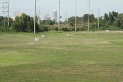 Terrain de golf et balles de golf sur le champ d'exercice, vue d'un terrain de golf Photos stock