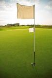 Terrain de golf et drapeau sur le terrain de golf Photos libres de droits