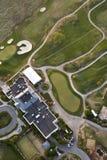 Terrain de golf et hôtel, aériens Images libres de droits