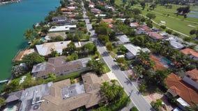 Terrain de golf et maisons visuels aériens de Miami Beach banque de vidéos