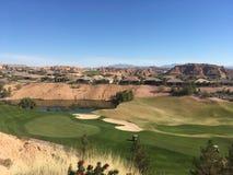 Terrain de golf et montagnes Photographie stock libre de droits