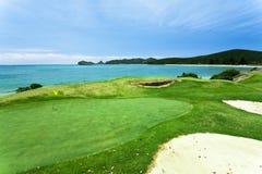 Terrain de golf par la mer Images libres de droits