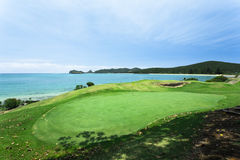 Terrain de golf par la mer Photo stock