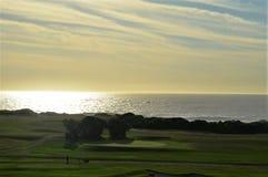 Terrain de golf par la mer Photographie stock libre de droits