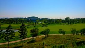 terrain de golf par le lac de yanqi photo stock