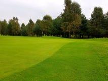 Terrain de golf pendant le summe Photographie stock libre de droits