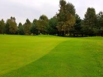 Terrain de golf pendant le summe Images libres de droits