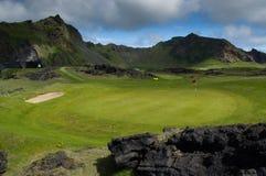 Terrain de golf sous des montagnes Photographie stock libre de droits