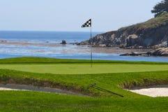 Terrain de golf sur l'océan photographie stock libre de droits