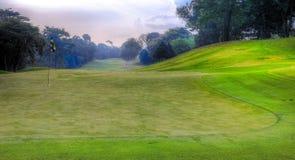 Terrain de golf tôt le matin Image stock