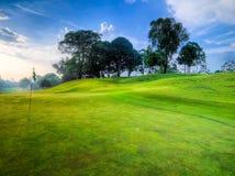 Terrain de golf tôt le matin Photos libres de droits
