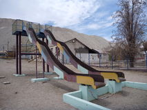 Terrain de jeu abandonné dans la ville de chuquicamata Photographie stock