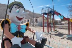 Terrain de jeu abandonné d'école, ville fantôme de Chuquicamata Photographie stock libre de droits