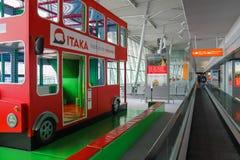 Terrain de jeu-autobus d'enfants dans l'aéroport de Varsovie Chopin, Pologne Photos stock