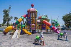 Terrain de jeu avec jouer là-dessus en parc de bord de la mer de la ville de Bakou de la République de l'Azerbaïdjan Photographie stock libre de droits