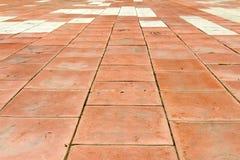 Terrain de jeu avec les tapis en caoutchouc (panneaux) pour la sécurité Long-abandone Photo libre de droits