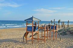 Terrain de jeu avec une vue de mer Photo stock