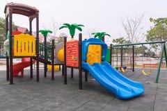 Terrain de jeu coloré d'enfants en parc Images libres de droits