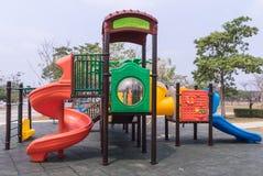 Terrain de jeu coloré d'enfants en parc Image libre de droits