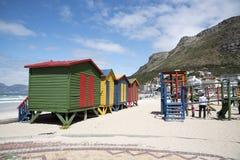 Terrain de jeu coloré de huttes et d'enfants de plage Photographie stock