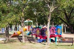 Terrain de jeu coloré en parc de ville Image libre de droits