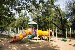 Terrain de jeu coloré en parc de ville Image stock