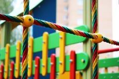 Terrain de jeu coloré pour des enfants, extérieur Images stock
