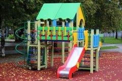 Terrain de jeu coloré pour des enfants, extérieur Photographie stock