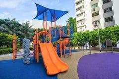 Terrain de jeu coloré sur la cour à l'appartement de HDB à Singapour Images stock
