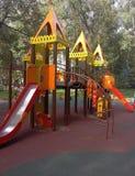 Terrain de jeu coloré sur la cour Image stock