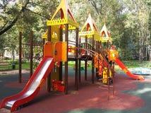 Terrain de jeu coloré sur la cour Photo stock