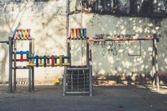 Terrain de jeu de cru, cadre de s'élever, gymnase de jungle - playgr extérieur images stock