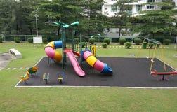Terrain de jeu d'enfants à la propriété résidentielle photos stock