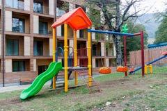 Terrain de jeu d'enfants devant l'hôtel distant moderne photo stock