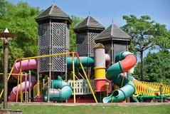 Terrain de jeu d'enfants en parc Images libres de droits