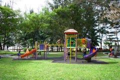 Terrain de jeu d'enfants en parc Photographie stock libre de droits